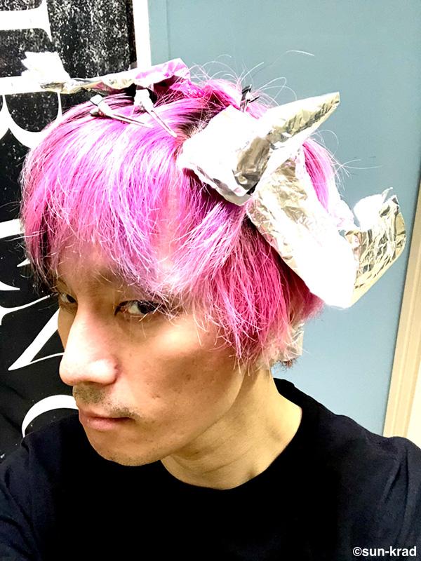髪染めてます。 元のピンク&紫は薄く入れてるのですぐ色が抜けます。抜けてきた頃が一番気に入ってるんやけど、それを維持出来ない。今の青紫もやな。